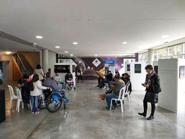 La imagen corresponde al Hall del Planetario donde hay algunos de las personas que participaron del encuentro organizado por CILSA.