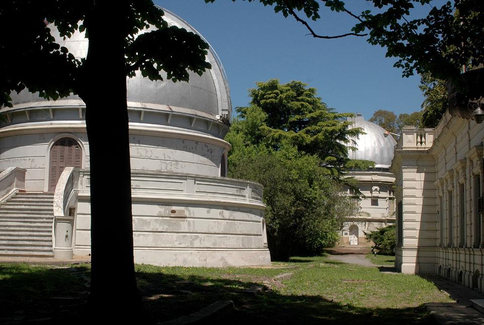 """La imagen corresponde a la cúpula del telescopio reflector """"Virpi Niemela"""" y al fondo, la cúpula del telescopio refractor Gautier."""