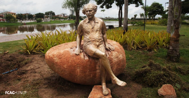 La imagen corresponde a una estatua de Albert Einstein, sentado en una piedra, en la ciudad de Sobral, Brasil, uno de los sitios donde observaron el eclipse total de Sol el 29 de mayo de 1919.