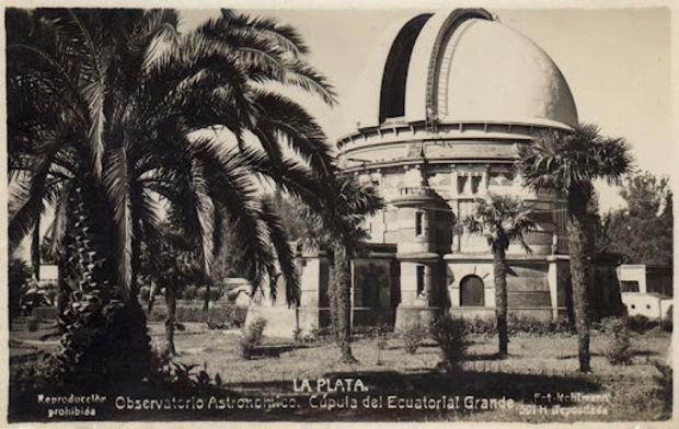 La imagen corresponde al edificio con cúpula metálica que alberga al telescopio refractor Gran Ecuatorial Gautier, de 43 cm. de diámetro. También se aprecia el parque con algunas palmeras aún incipientes, y que aún hoy alguna de ellas existe.