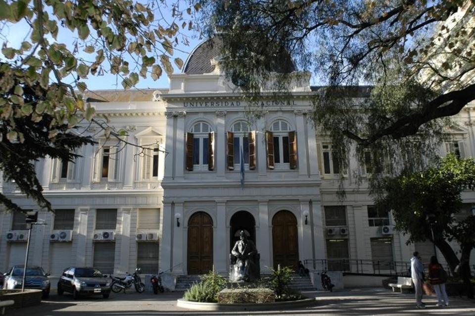 La imagen corresponde al edificio de Presidencia de la Universidad Nacional de La Plata, donde aparece su fachada y la estatua del Dr. Joaquín V. González.