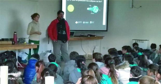 Chicos del colegio secundario de la UNNOBA participan en un salón, de la charla que ofrece Nicolás Salerno de FCAG.