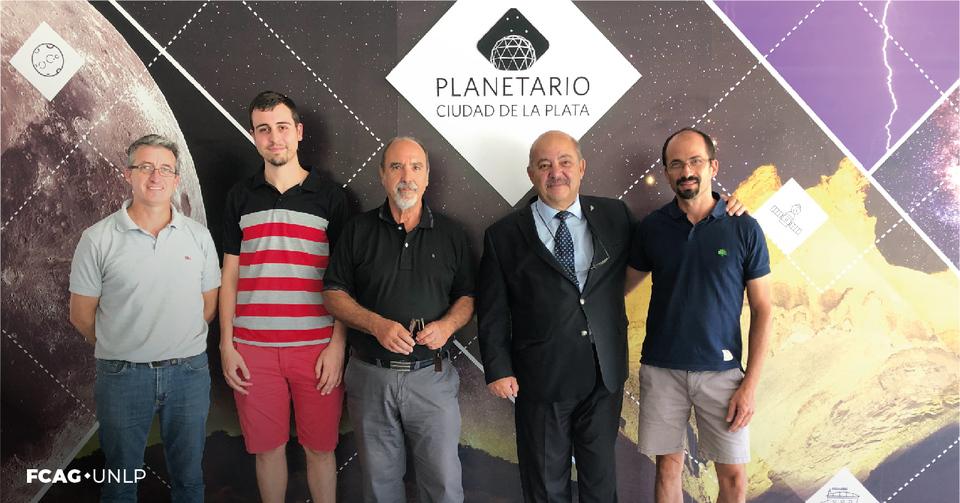 La imagen corresponde a las autoridades mencionadas en la gacetilla. Están en el Hall del Planetario UNLP.