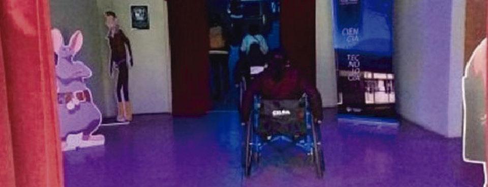 La imagen corresponde a personas usuarias de silla de ruedas ingresando al domo del Planetario, de manera autónoma y mediante un ingreso único que tiene rampa.