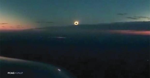 Desde una avioneta, se observa el eclipse total de Sol sobre la ciudad de Chascomús, donde la oscuridad se hace perceptible.