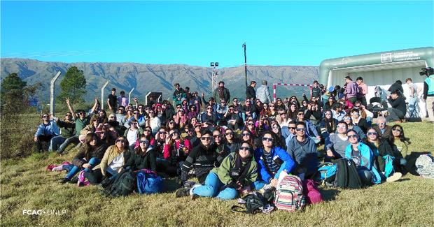 Al aire libre, el público y los miembros de FCAG que se reunieron para ver el eclipse.