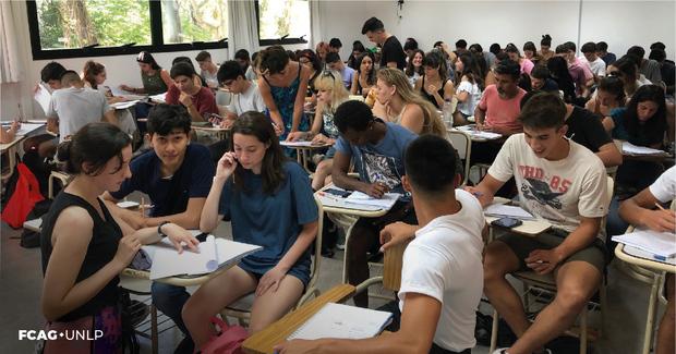 La imagen corresponde al aula llena de estudiantes.