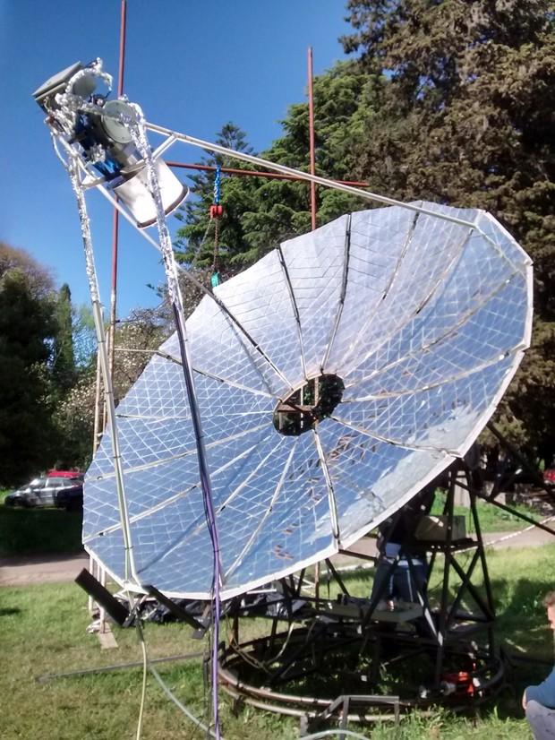 La imagen corresponde a la parábola solar construida en el LOCE.